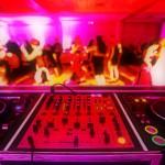 Intrattenere gli ospiti di nozze : meglio un DJ o una Live Band?