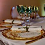 Galateo di matrimonio, dalla disposizione dei tavoli al cibo: l'ABC del bon ton per sposi e invitati